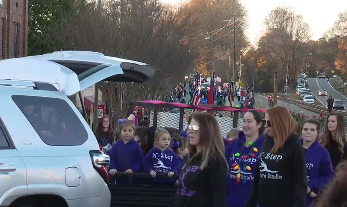 Mount Holly Nc Christmas Parade 2020 Mount Holly holds annual Christmas Parade in downtown – FOX 46